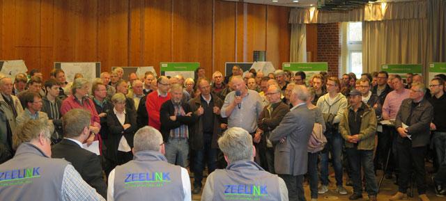 """Im Begegnungszentrum wurde es Donnerstagabend eng, als die geplante Erdgasleitung """"ZEELINK"""" von Mitarbeitern Firma """"Open Grid Europe GmbH"""" vorgestellt wurde. Foto: Helmut Scheffler"""