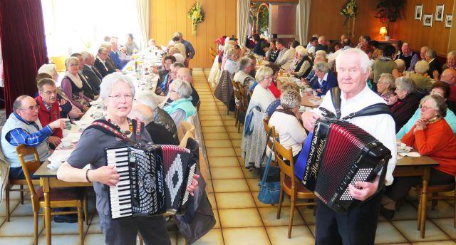 Die beiden Dorstener Akkordeonspieler Marie-Luise Bechmann und Robert Gerling begleiteten den Gesang von Volksliedern. Foto: Helmut Scheffler