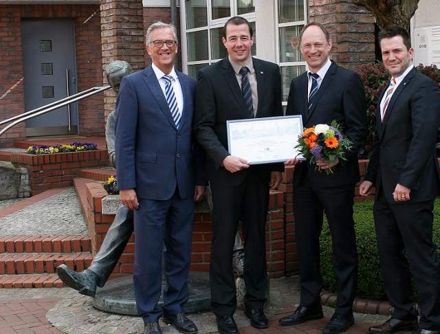 Foto: Thomas Aehling (2.v.r.) freute sich sichtlich über die Ehrenurkunde der IHK, die ihm Vorstand und Betriebsrat der Volksbank überreichten