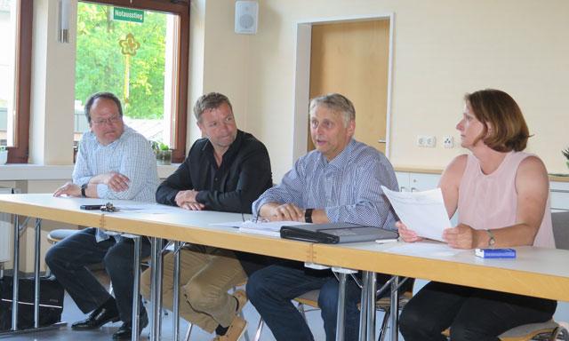 Bürgermeister Mike Rexforth (2.v.l.) saß Donnerstagabend ebenso am Podium im Gemeindehaus wie Pfarrer Christian Hilbricht (l.), Christiane Rittmann (r.) und Jürgen Höchst (2.v.r.) Foto: Helmut Scheffler