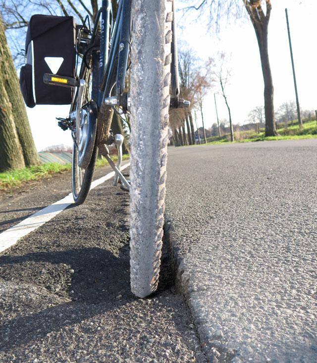 """Auch an Fahrradwegen geht der """"Zahn der zeit"""" nicht spurlosd vorüber. Am 20. Dezember 2013. musste man auf der rückfahrt von der Weihnachztsfeier in gahlen achtgeben, dass ,man nicht in dieses Loch geriet. Foto: helmut Scheffler"""