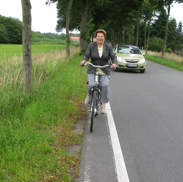 """Drei jaher später, am 3. Juli 2011, war der """"Radweg"""" schon zu zwei Drittel zugewachsen. Diese Heisterkämperin hatte nur noch 25 Zentimeter Platz für ihr Fahrrad. Foto: helmut Scheffler"""