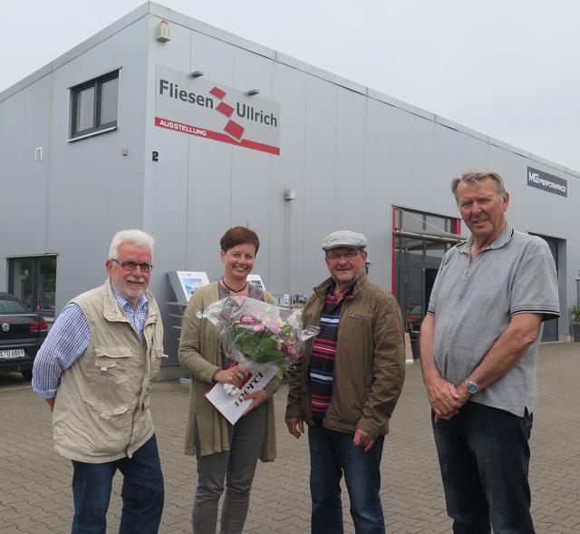 Hubert Schäpers, Horst Schmitter (v.r.) und Karlheinz Bartsch (l.) dankten Juliane Ullrich für die kostenlose Bereitstellung einer Großraum-Garage. Foto Scheffler