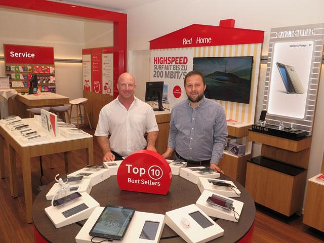 """Auch die Mitarbeiter Christian Karluss und Bayram Kilicarslan (v.l.) waren Ansprechpartner in den neu gestalteten Räumen des """"Vodafone Business Premium Store"""". Foto: Helmut Scheffler"""