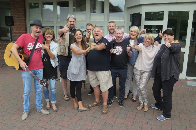 Zum Kreis der besonders engagiert werbenden Glasfaserfans gehörte diese Gruppe, die am Sonntag am Rathaus das Erreichen der 40-Prozent-Marke feierte.