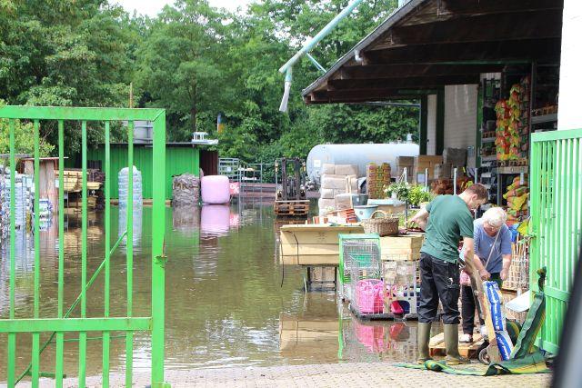... zahlreiche Betriebe unter Wasser