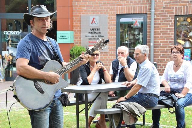 Der Dorstener Sänger und Gitarrist Rainer Migenda machte den musikalischen Auftakt bei der ersten Open-Air Veranstaltung in Marienthal am Samstagnachmittag.