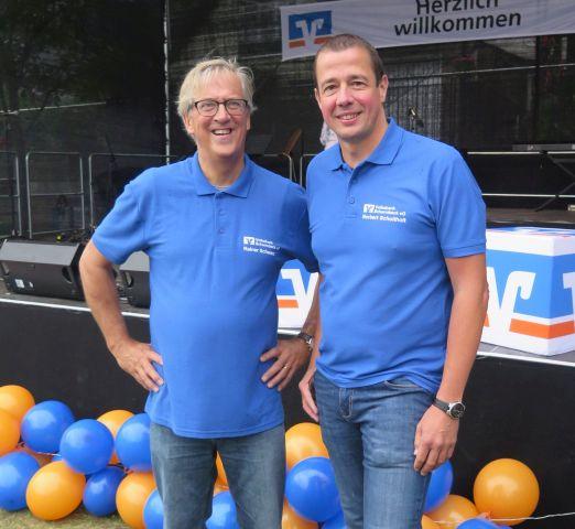 Die beiden Volksbank-Vorstandsmitglieder Rainer Schwarz und Norbert Scholtholt (v.l.) freuten sich über die große Beteiligung an der 125-Jahrfeier.