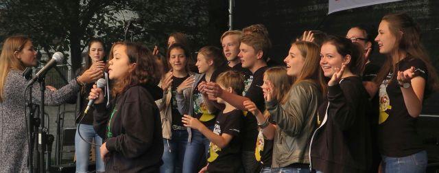 """Ein Workshop der Gahlen-Dorstener Jugendgruppe """"Ten Sing"""" begleitete die Jugendleiterin Ute Schütz zum Volks (bank)fest, um Ausschnitte aus der letzten großen Ten Sing""""-Aufführung """"In einer Show vor unserer Zeit"""" zu präsentieren und dabei die Zuschauer zu einem musikalischen Ausflug in die Steinzeit einzuladen."""