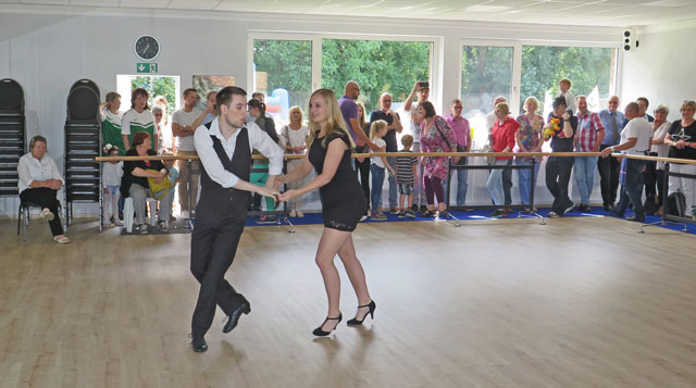 Viel Applaus gab es für Lukas Seland und Helena Struwe, die eine brillante Tanzshow mit Kizomba, Bachata und Salsa lieferten. RN-Foto Scheffler