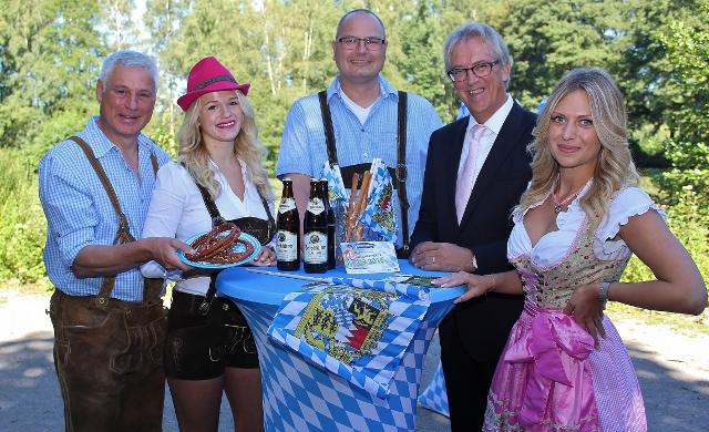 Zum Oktoberfest in Schermbeck laden (v. .l.) Rainer Gardemann, Nicole Schult, Wolfgang Lensing, Rainer Schwarz und Maren Hering (Volksbank Schermbeck) ein.