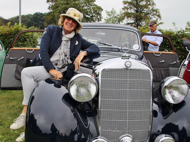 Stilecht an den den Start, mit englischem Hütchen und einem Mercedes Benz 170 S aus dem Jahr 1951, ging das Ehepaar Anni und Hans Dechering.