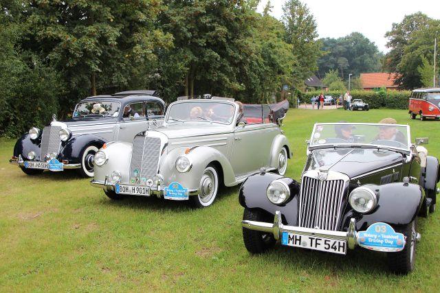 Die Oldies der Oldtimer beim 1. Driving Day am Landhotel Voshövel: v. l.: Mercedes Benz 170 S aus dem Jahre 1951, ein Mercedes 220 Cabrio B, Viersitzer, sowie ein MG-TF, anno 1954.