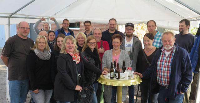 Das Foto zeigt einen Teil der vielen Helfer, die der Schützenverein Bricht auf das Gelände der Familie Hülsmann eingeladen hatte. Foto: Helmut Scheffler