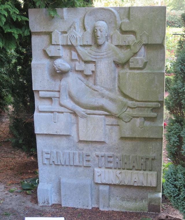 Einer der Grabsteine, die von Hildegard Bienen gestaltet wurde. Foto: Helmut Scheffler