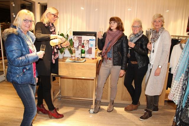 Ein Gläschen Sekt gab es von Eileen Heckmann von Mic Mac-Moden (2. v. l.) für ihre Kundinnen Angela Smaxwie, Claudia Kleinsteinberg, Heidi Nappenfeld und Marita Berger.