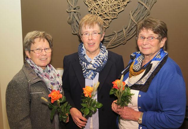 Die neue Vorsitzende Luitgard Blömer (Mitte) wird von Edith Jörres (l.) und von Inge Burre (r.) unterstützt. Foto: Helmut Scheffler