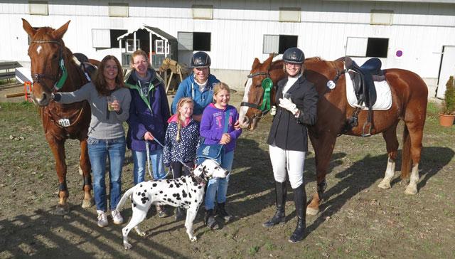 """Ihren 17. und 18. Platz beim Wettbewreb """"Jump and Dog"""" haben diese beiden Teams mit ihren Fans heute gebührend gefeiert. Foto: Helmut Scheffler"""