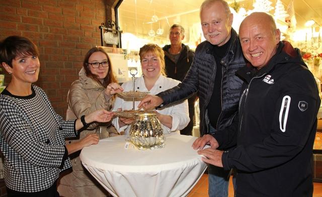 Kleine Köstlichkeiten bekamen die Kunden Albert Fries, Franz-Josef Bönsch und Heike Möllenhoff (v. l.) bei Christiane Fröhlich (l.) von der Zuckerbäckerin Bianca Dickmann gereicht.