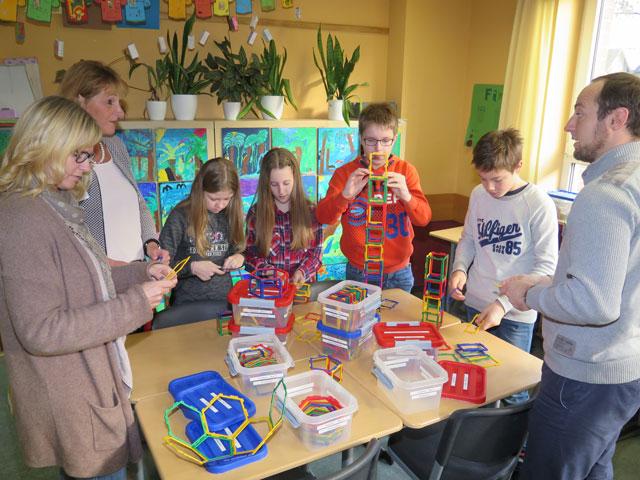 Schüler der Klasse 6 stellten Medien für den Geometrieunterricht vor, die im schulischen Mathematikunterricht verwendet werden. Foto: Helmut Scheffler