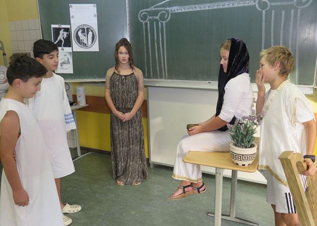 """Lehrerin Ulrike Mautsch hatte mit der 6c das Theaterstück """"Kolonisation von Thera"""" einstudiert. Foto: Helmut Scheffler"""