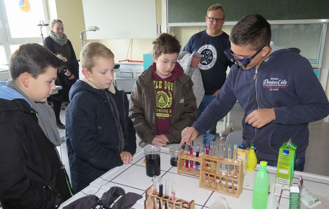 Im Chemieraum wurde experimentell nachgewiesen, dass der beim Kochen von Rotkohl entstehende blaue Saft durch Zugabe von Säuren rot wird. Foto: Helmut Scheffler