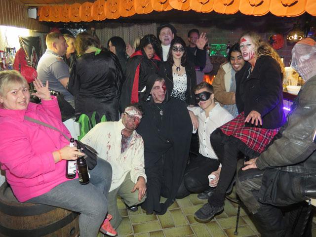 In der Kellerbar konnten sich die Halloween-Fans von den schaurigen Begegnungen und Erlebnissen im Grusel-Parcours an der alten Poststraße erholen. Foto: Helmut Scheffler