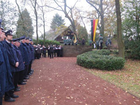 Am Brichter Ehrenmal fand um 12.50 Uhr eine Gedenkfeier statt. Foto: Helmut Scheffler
