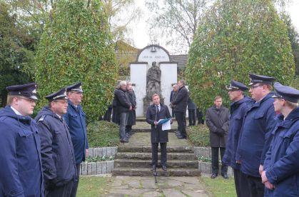 In Altschermbeck gedachte Bürgermeister Mike Rexforth am gestrigen Volkstrauertag der Opfer von Kriegen und Gewalt. Foto: Foto Scheffler