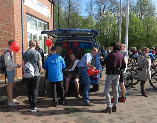 Viele Besucher bei Fahrradfahrer bei Schermbeck.Rundum