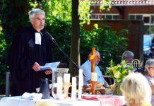 Weselerwald. Pfarrer Hans Herzog beim Gottesdienst