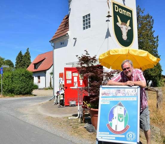 Hermann Göbel am kleinsten Strommuseum in Schermbeck Damm