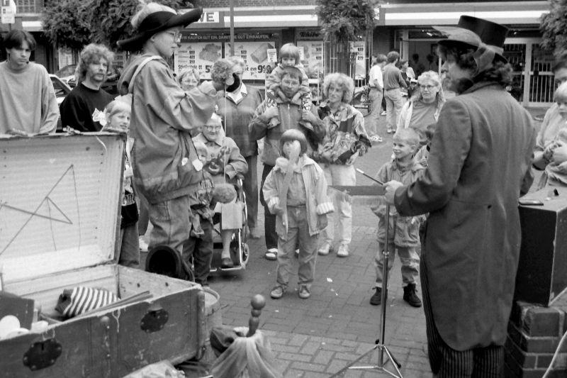 Schermbecker Kinder waren im August 1993 begeistert vom Zauberer Heinz Siemering aus Schüttorf.