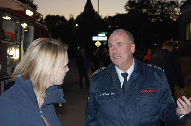 Charlotte Quik MdL mit Gregor Sebastian, dem Leiter der Schermbecker Feuerwehr
