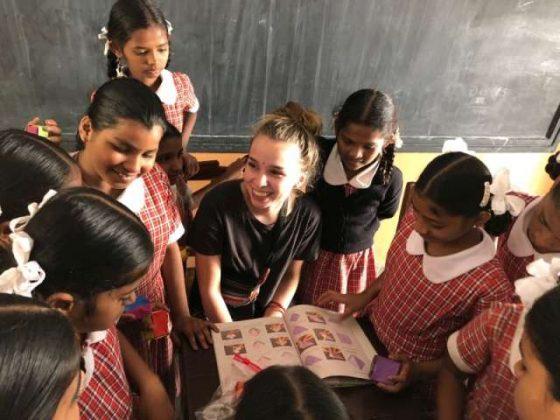 Luna im Kreis der Schulkinder der Schule Mädchenschule in Telugu