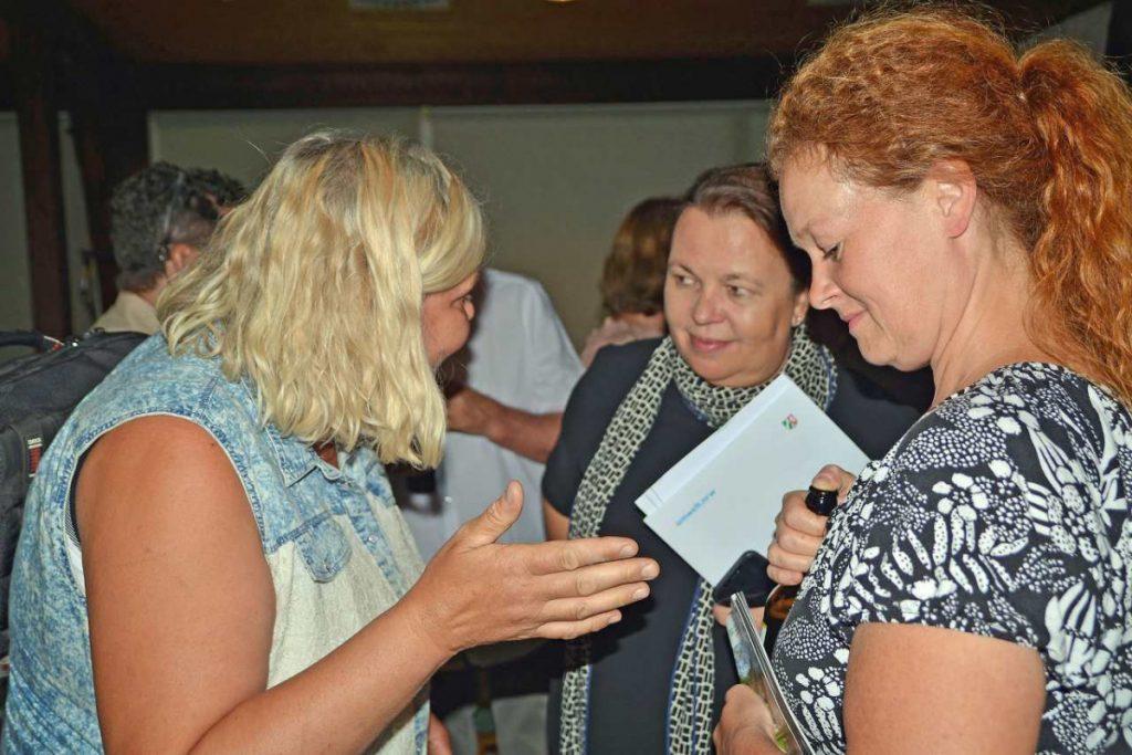 Heinen-Esser im Gespräche nach der Diskussion mit Gästen