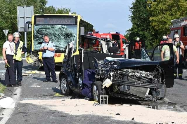 Der PKW wurde bei dem Verkehrsunfall völlig zerstört.