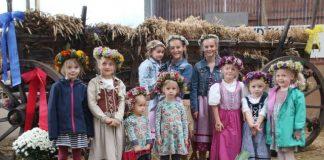 Erntekranz, Feldfrüchten und bunten Herbstblumen