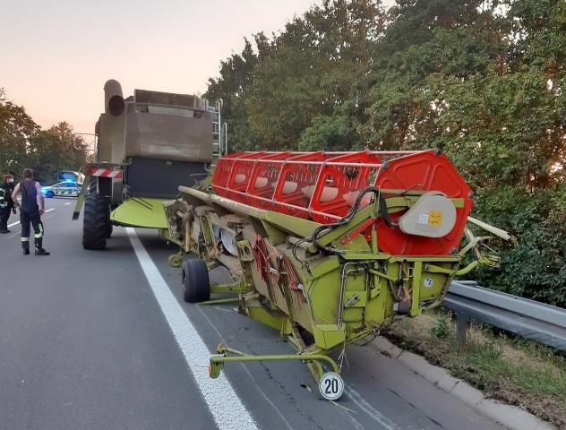 Kleintransporter prallt auf Mähdrescher in Schermbeck
