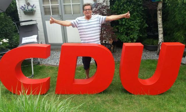 Ulrich Stiemer mit neuen Logo der CDU