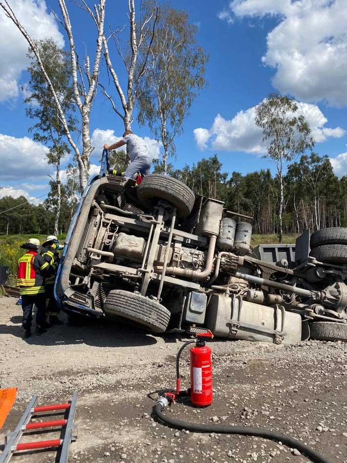 fw-schermbeck-verkehrsunfall-mit-eingeklemmter-person-auf-der-waldaustra-e