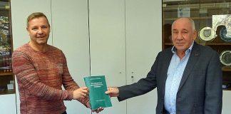Alte-Akten-aus-Schermbeck-mit-Bürgermeister-Mike-Rexforth