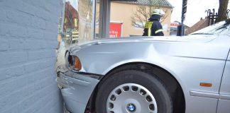Auto-fährt-in-Schaufensterscheibe-in-Schermbeck-Rossmann