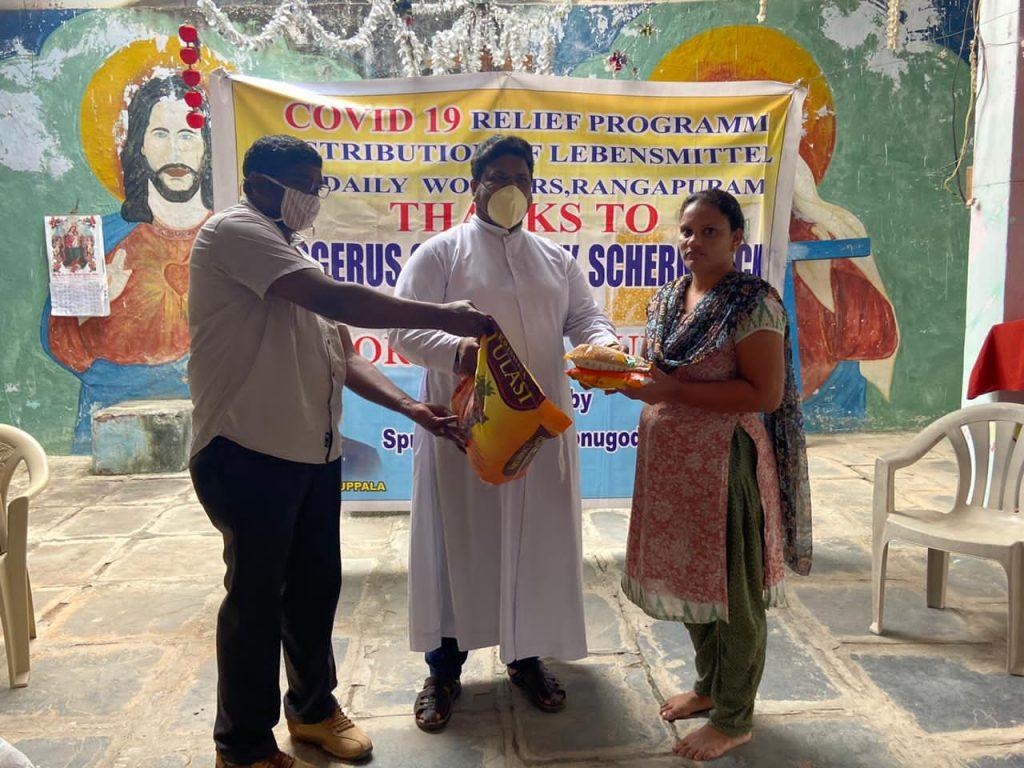 Hilfe für die Heimat. Xavier Muppala, Pfarrer in der katholischen Pfarrgemeinde St. Ludgerus Schermbeck bedankt sich bei den Spendern