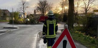 Feuerwehr-beseitigt-oelspur-in-Schermbeck