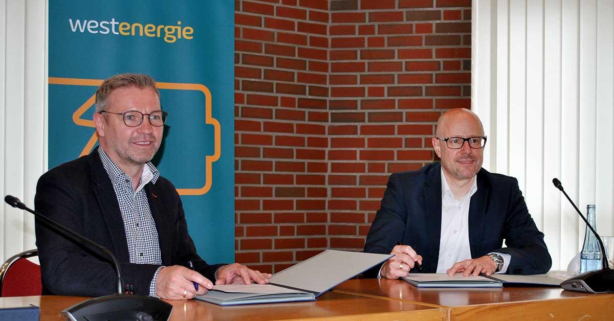 Bürgermeister-Mike-Rexforth-und-Gerd-Mittig,-Westenergie-AG,-unterzeichnen-die-Zusatzvereinbarung