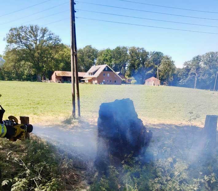 Brennender Baumstumpf Feuerwehr Schermbeck