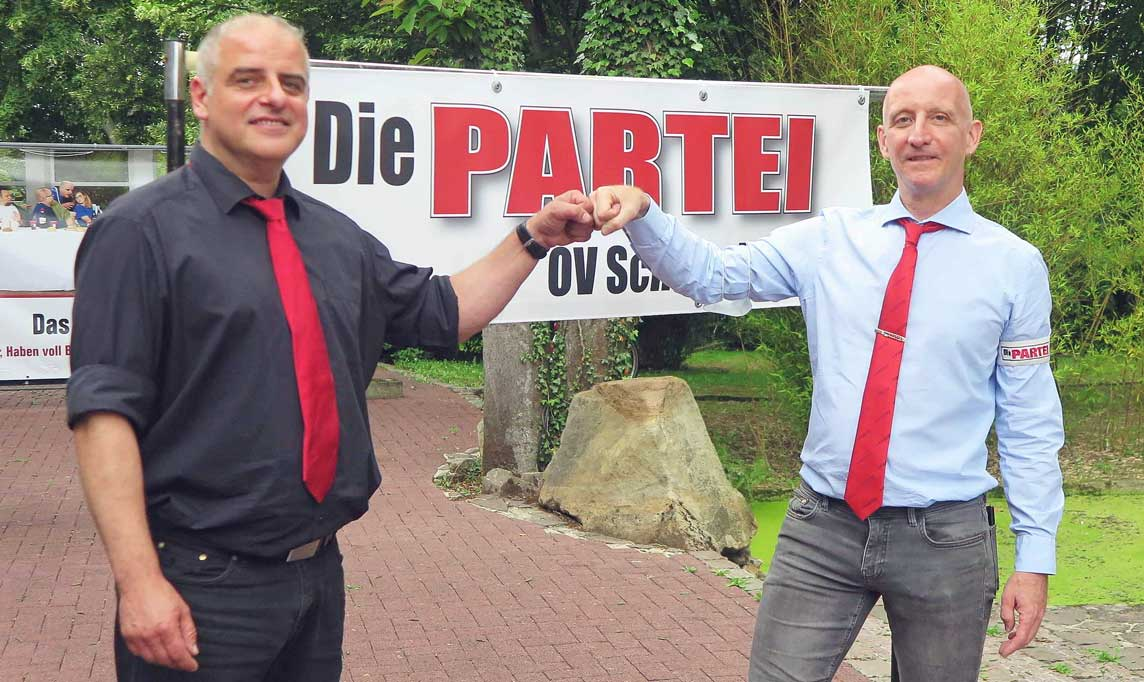 """Von der Partei """"Die PARTEI"""" wurde der Schermbecker Dirk Zerressen (l.) zum Bundestagskandidaten im Wahlkreis 113 gewählt. Zu den ersten Gratulanten gehörte Carsten Born (r.) als kommissarischer Vorsitzender des """"Die Partei""""- Kreisverbandes Wesel. Foto: Helmut Scheffler"""