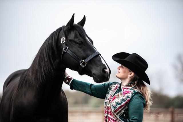 Vanety Korbus mit ihrem Pferd auf Jewel Stables in Schermbeck. Foto von Julia Mohaupt