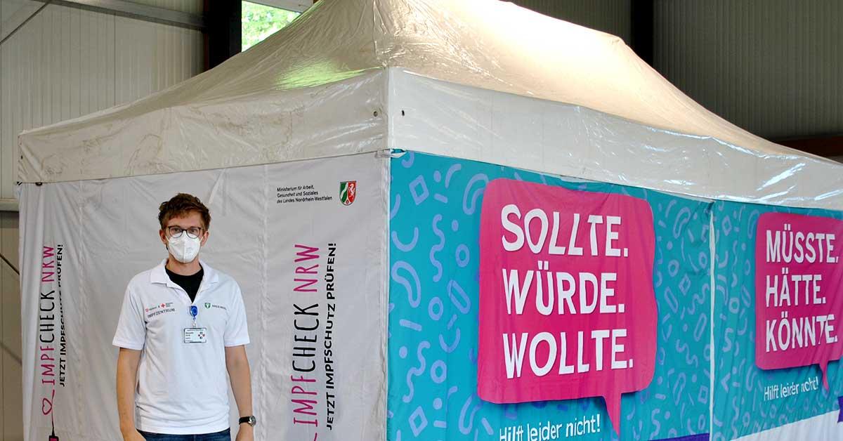 Impfarzt Benedikt Groß am Impfzelt